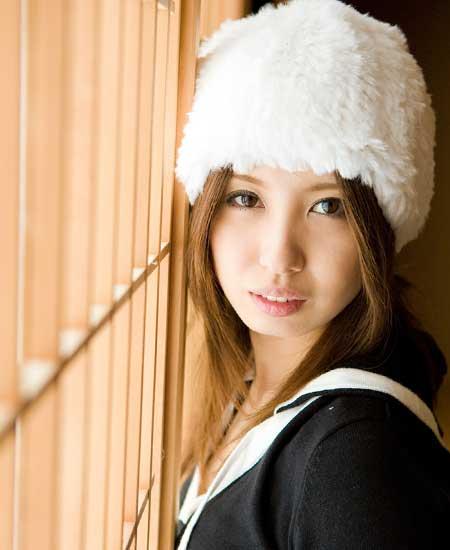 ふわふわの毛糸の帽子を被った女性