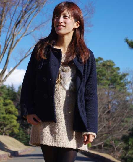 毛糸のワンピースを着た女性