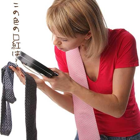 ネクタイを虫眼鏡で見る女性