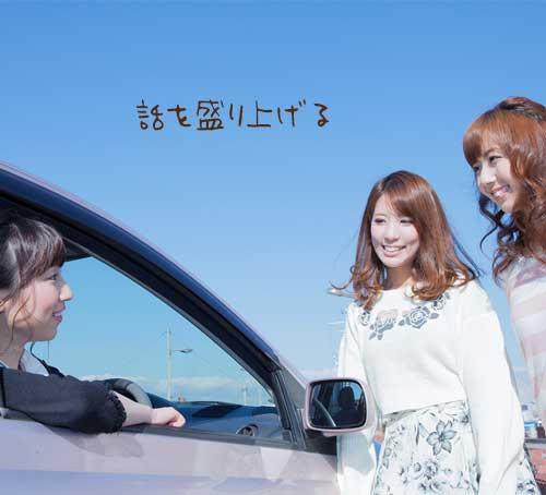 車に乗った女性と話す女性二人