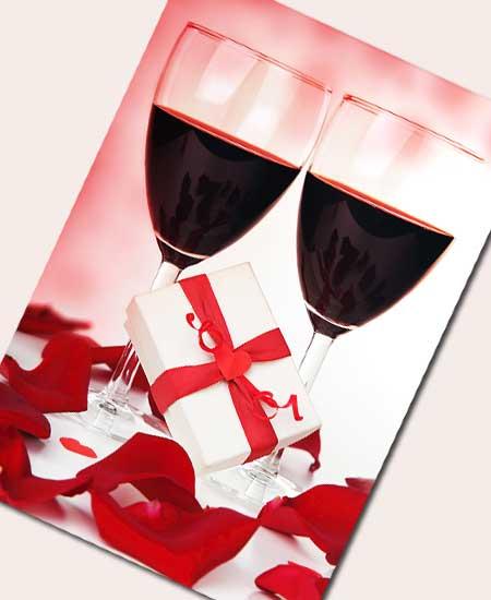 贈り物とワイングラスが2杯並んでいる