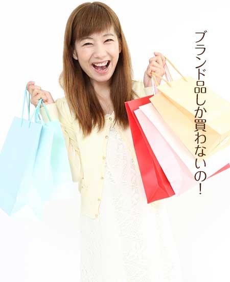 ショッピングバッグを多数持ちながら歩く女性