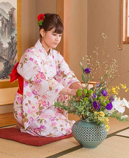 花を活ける女性
