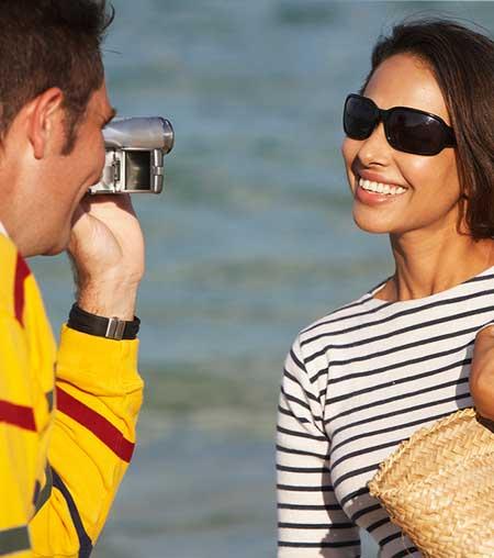 笑顔で記念撮影する女性