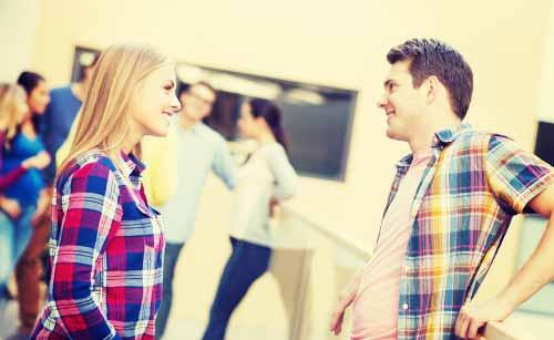 向き合って会話するカップル