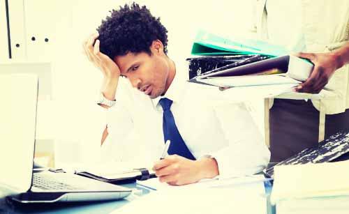 仕事が忙しく疲れている男性