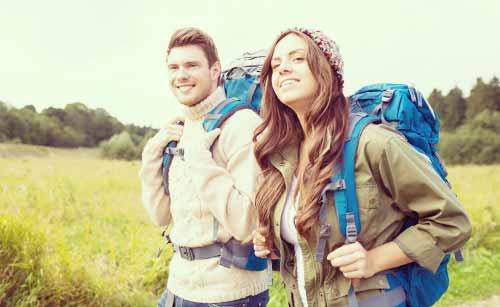 登山を楽しむカップル