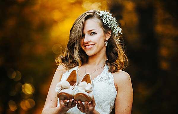 花嫁衣裳の女性