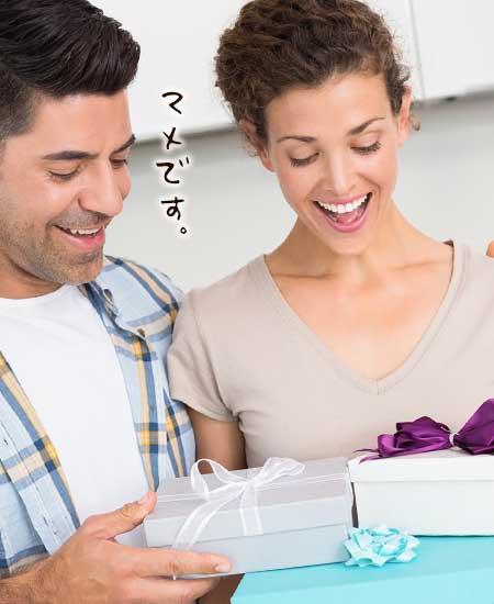 彼女にプレゼントを渡す彼