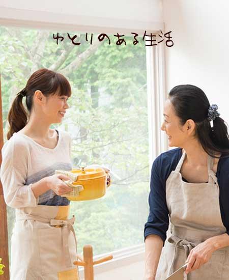 母親と一緒に食事の準備をしている女性
