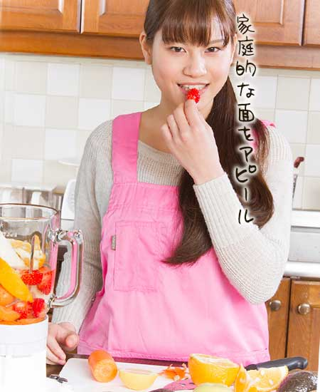 台所で料理する女性