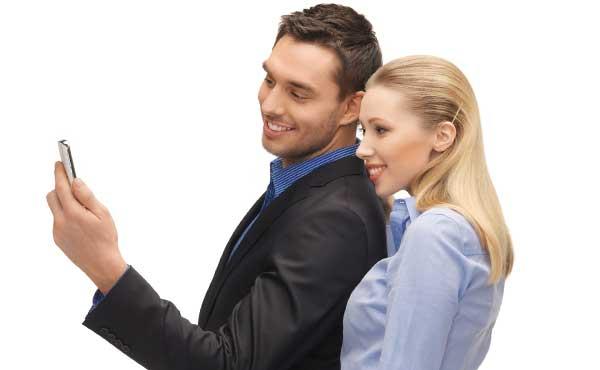 ケータイを見る男性と女性