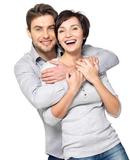 男性に背後から抱き締められている女性