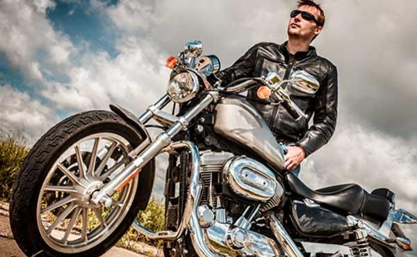 バイクを持つ男性