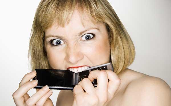 ケータイを噛む女性