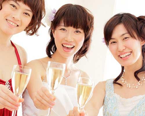 二次会で乾杯する女性客
