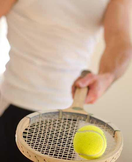 テニスラケットを持つ男性
