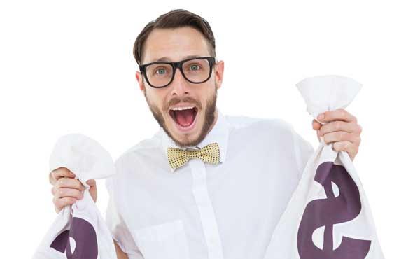 お金の袋を持った男性