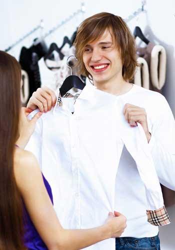 彼氏の服を選ぶカップル