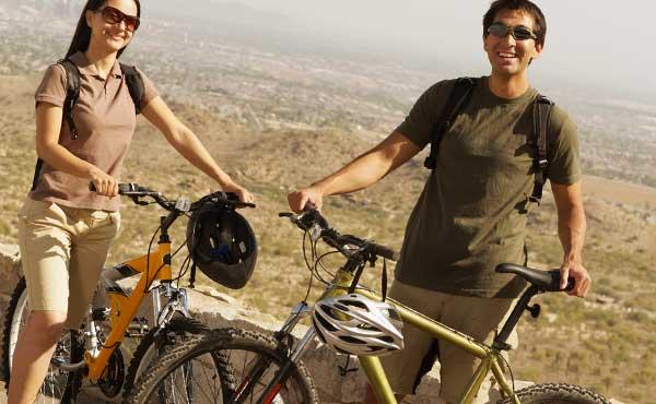 自転車にのるカップル