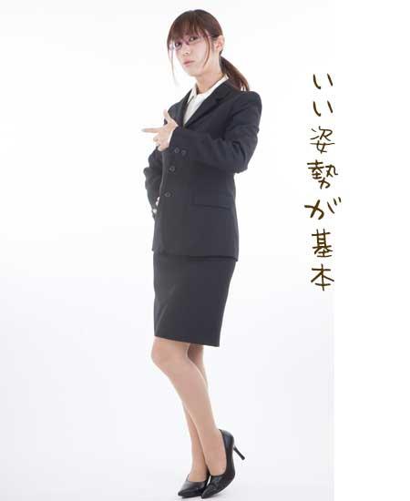 スーツ姿で立つ女性