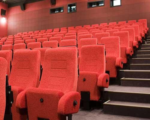 映画館の赤いシート