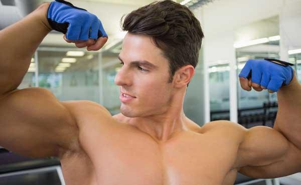 筋肉を見せ付ける男性