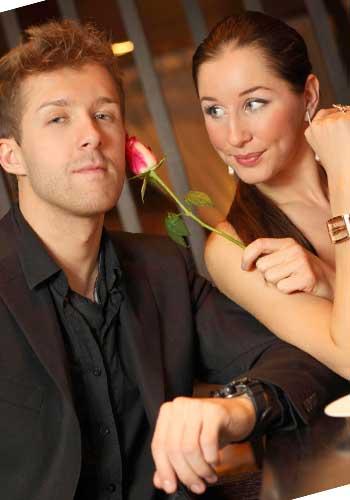 花を持つ女性と男性