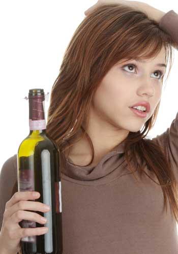 ワインのボトルを抱える女性