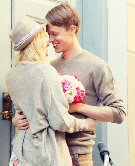顔を近づけて微笑むカップル