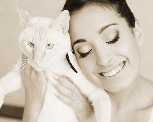 猫を抱いて頬ずりする女性