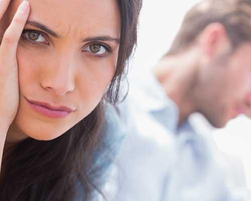 彼にそっぽを向いて不満げな女性