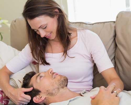 彼女の膝枕で寝そべる男性