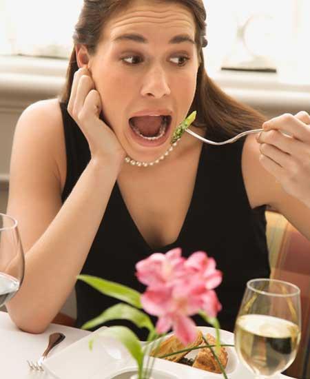 ファーストフードを一人で食べる女性