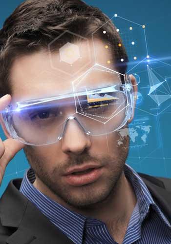ハイテクメガネをかけた男性