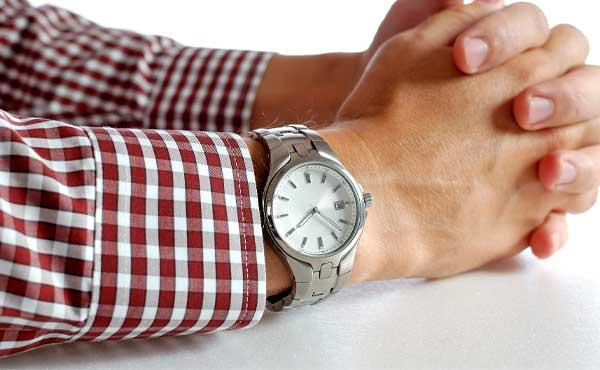 腕時計をつけた男性の腕