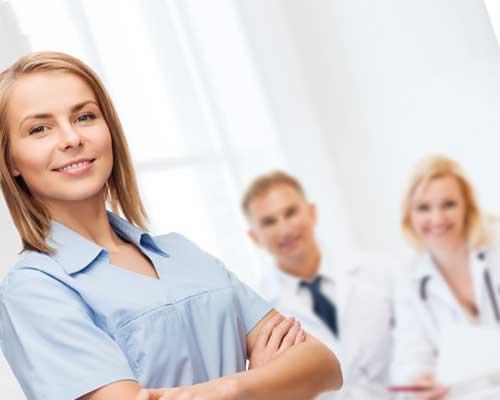 看護師と白衣の医者