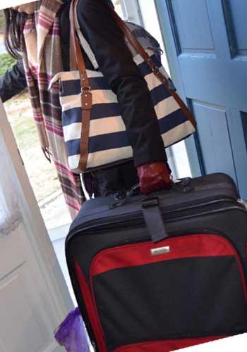 大きいバッグを運ぶ女性