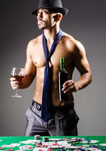 ワイングラスを持った男性
