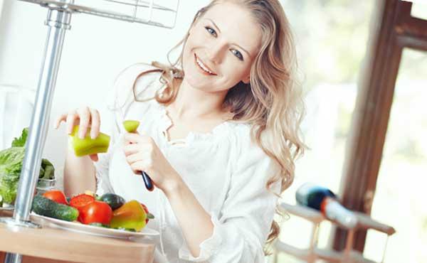果物を切る女性