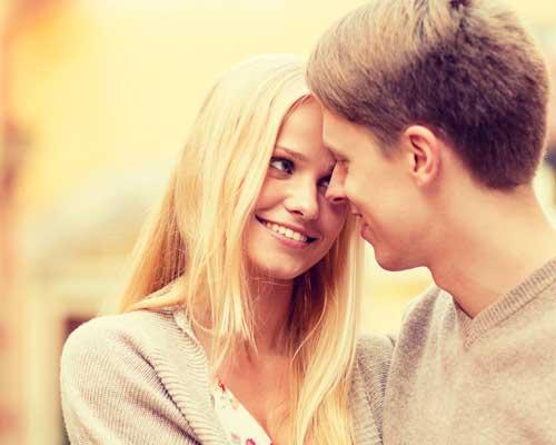 顔を寄せ合うカップル