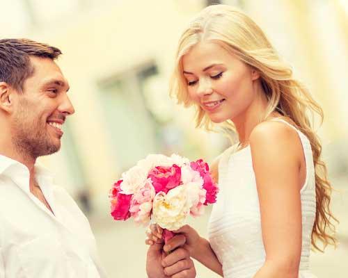 彼女に花束を手渡す彼
