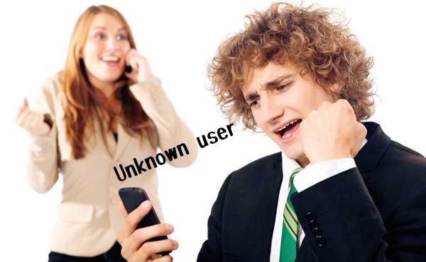 ケータイが繋がらない男と通話中の女性