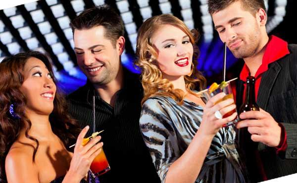 お酒を飲む男女4人