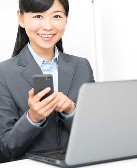 仕事でパソコンを使う女性