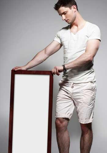 鏡を持つ男性
