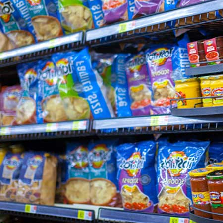 商品棚に並ぶスナック菓子