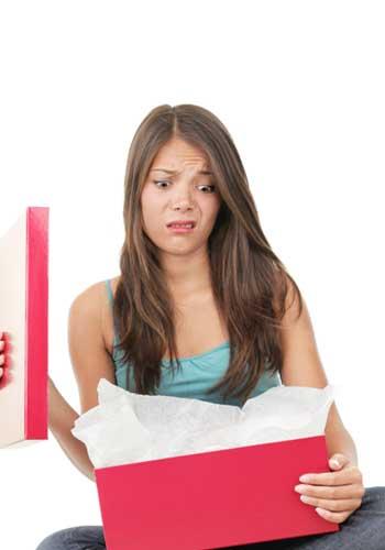 プレゼントをあけてしかめっ面をする女性