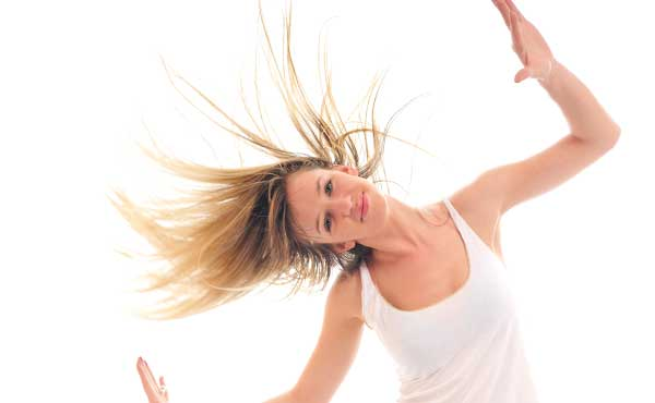 髪の毛をなびかせる女性