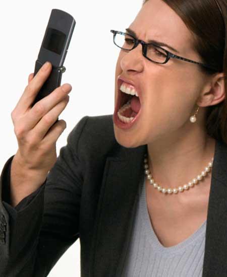 スマホに向かって怒鳴る女性